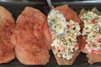 Выкладываю на филе начинку и запекаю в духовке. Сочное и вкусное блюдо из курицы