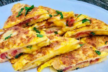 Завтрак для ленивых — все сложила в сковороду и на плиту, через 10 минут завтрак готов!