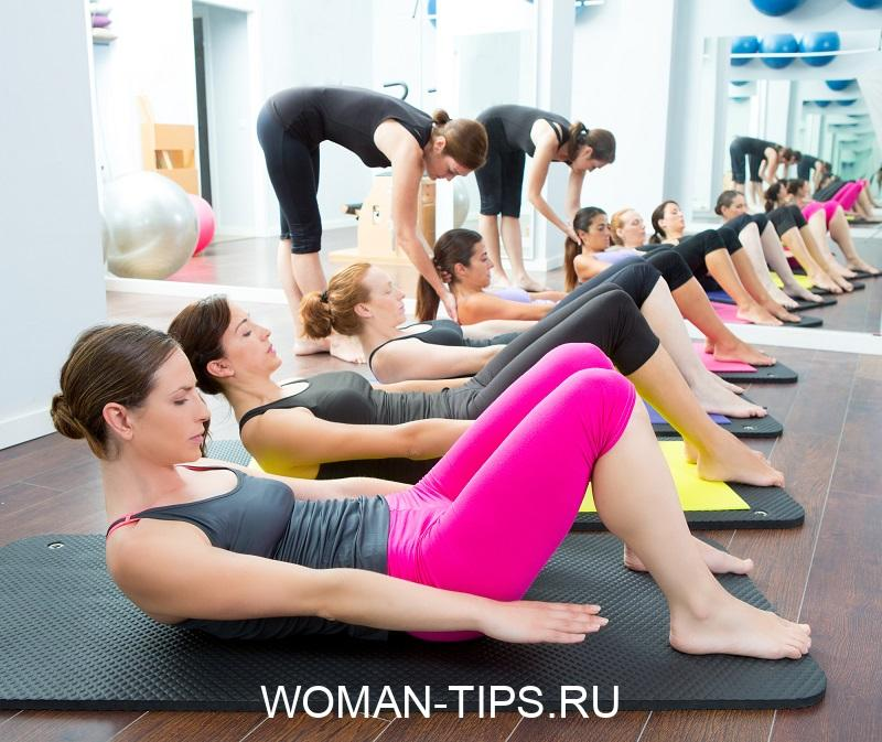 aerobic-pilates-personal-trainer-in-a-gym-group-class