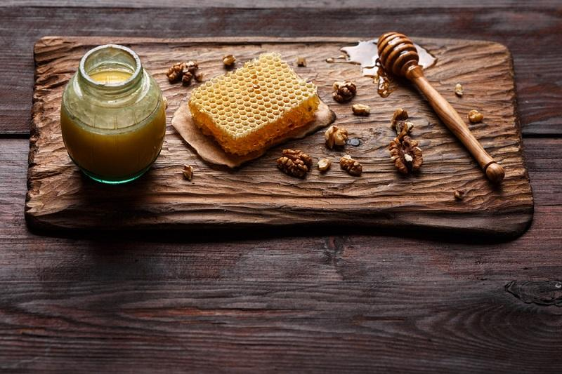 honey-on-wooden-board