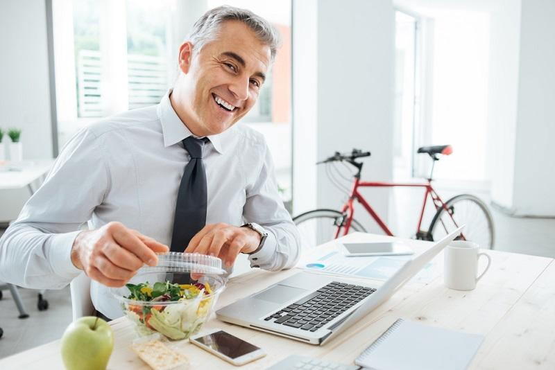 businessman-opening-his-salad-pack