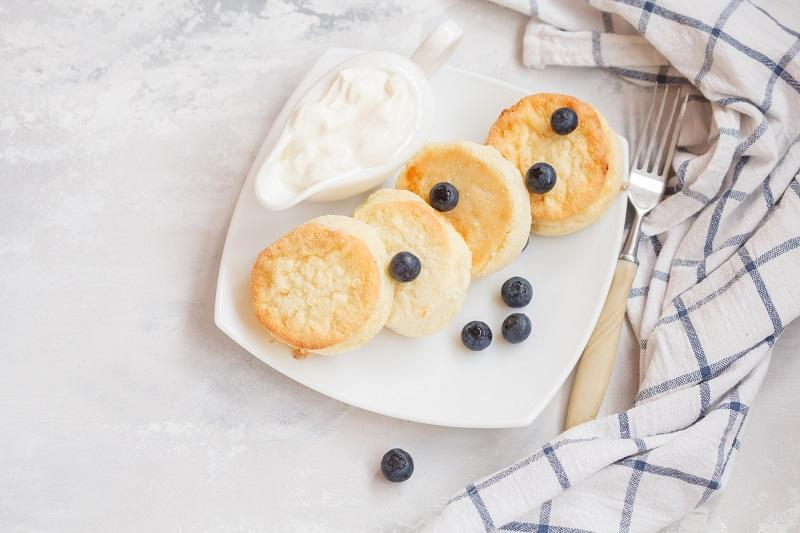 homemade-cottage-cheese-pancakes-with-sour-cream-with-berries-an