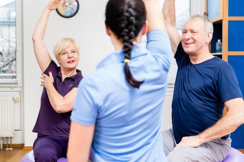 elderly-couple-at-physiotherapy-on-gymnastic-balls